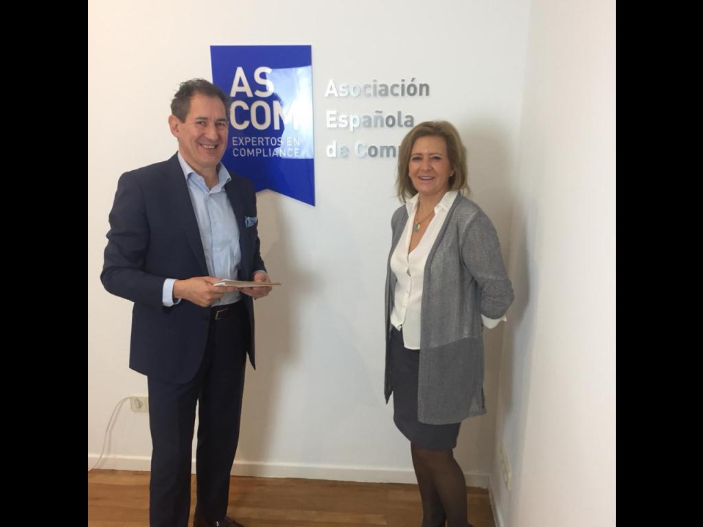 Luis Ávila, director ejecutivo de Legal Compliance, y Gertrudis Alarcón, directora del Grupo GAT, en la sede de ASCOM.